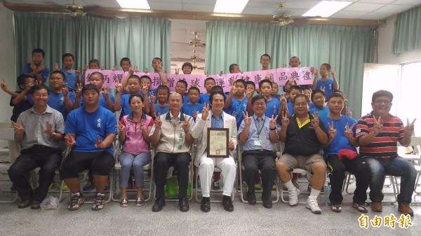 鍾炳耀藥師捐贈安慶國小棒球隊健康用品。(記者洪瑞琴攝)