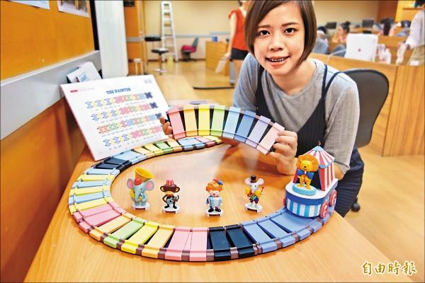 台科大設計系學生陳奕廷、魏廷恩設計出「小小色彩作曲家」火車玩具,當火車走過鐵軌枕木,就會發生不同音符,能自由拼裝成曲子,藉此學習樂理。(記者吳柏軒攝)