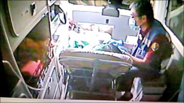 消防隊員隨後將母女緊急送往醫院。(記者吳俊鋒翻攝)