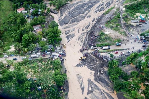 強烈颶風「馬修」橫掃海地,西部沿海城鎮小戈阿沃(Petit Goave)橋樑斷裂。(路透)