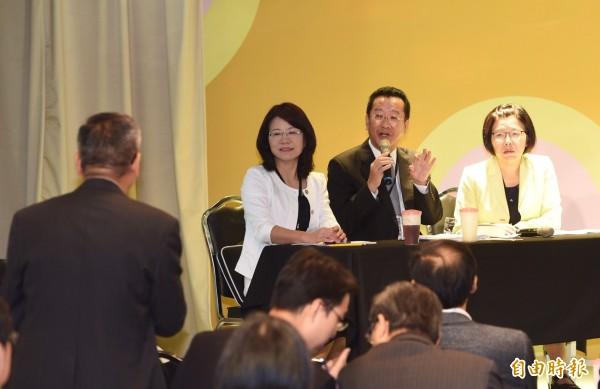黨產會主委顧立雄(中)與出席的中投公司董事長陳樹(左)交換意見。(記者羅沛德攝)