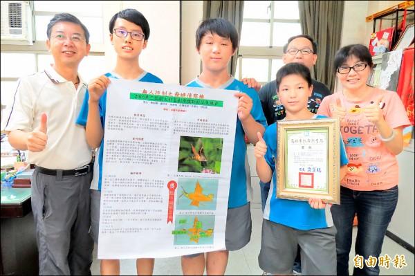 銘傳國中數理班陳佑翰(左二)、盧彥丞(中)、陳彥儒(前排右二)以無人控制之飛蛾偵察機設計,獲得第三屆航太科普創意展國中組第三名。 (記者俞肇福攝)