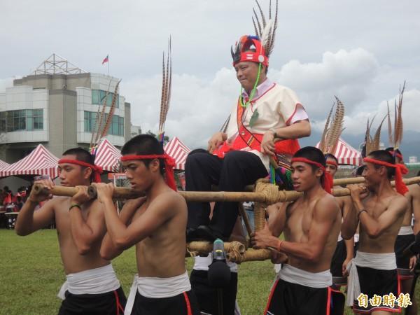 宜蘭縣長林聰賢(中)穿著原住民服飾坐上轎子,由原住民勇士抬轎繞場一周。(記者江志雄攝)