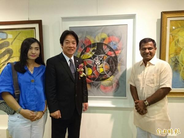 台南市藝術家協會18周年聯展,市長賴清德與印度孟買藝術家德卡合照。(記者洪瑞琴攝)