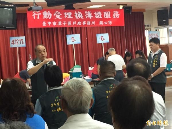中市民政局長蔡世寅到場跟里長及民眾說明。(記者李忠憲攝)