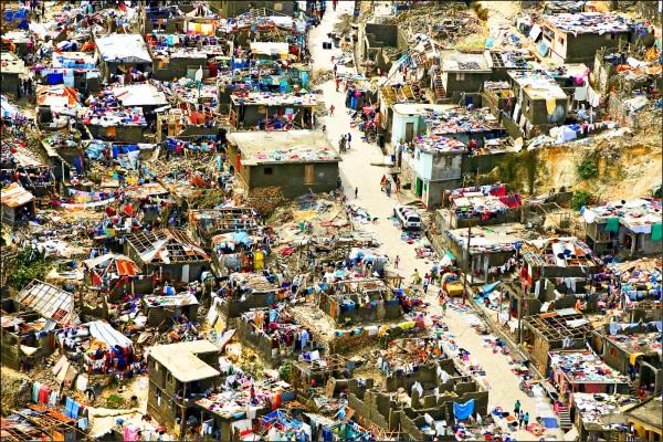 馬修颶風在海地造成嚴重災情,令這個加勒比海赤貧國家民眾的生計雪上加霜。圖為該國南部城市傑瑞米(Jeremie)房舍和街道六日滿目瘡痍的慘狀。(路透)