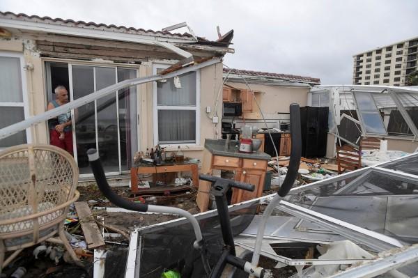 加勒比海地區近日遭號稱10年來的最強颶風馬修侵襲,光在海地就造成至少877人死亡,而隨著馬修持續北上,美國也已傳出有4人死亡。(路透)