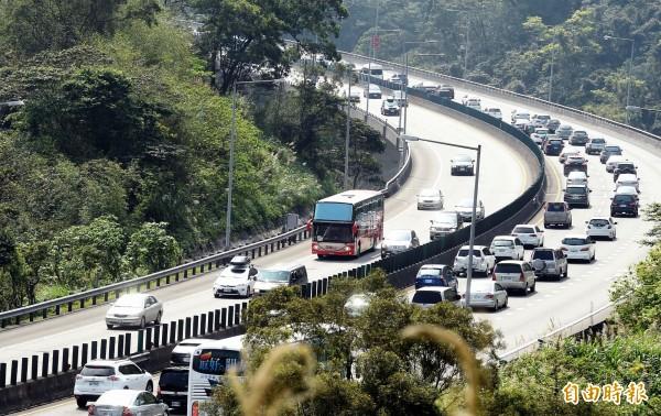 國慶連假首日,國道上午僅國1湖口到新竹、國3土城到大溪,及南港系統雙向匯入國5有停等車隊外,其餘路段大致順暢。(資料照)