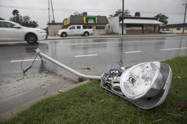 圖為路燈被吹斷橫躺路邊。(歐新社)