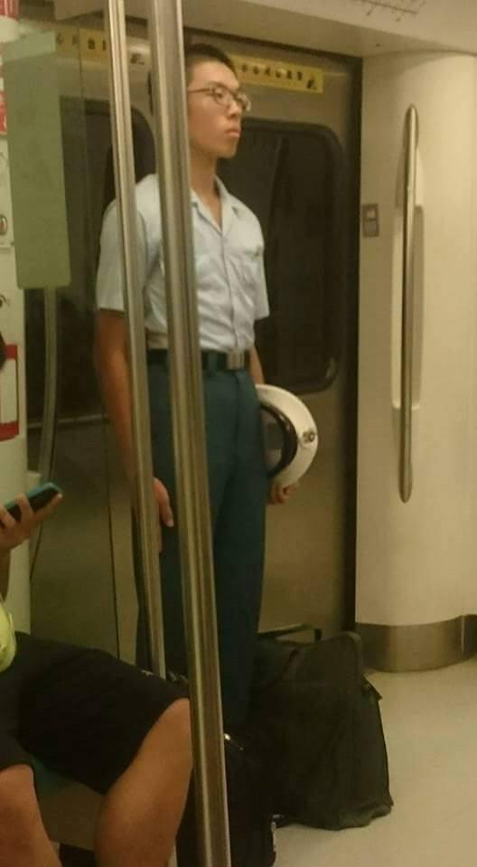 軍校生「立正站好」的姿勢引起瘋傳。(圖擷取自爆料公社臉書)