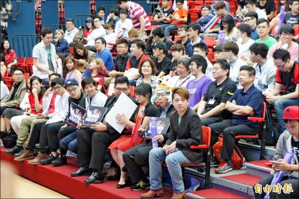 市長柯文哲(首排右二)上午前往青年發展處觀看電競賽事。(記者黃建豪攝)