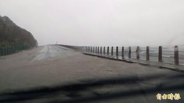 超大豪雨造成濱海公路淹水。(記者吳政峰攝)