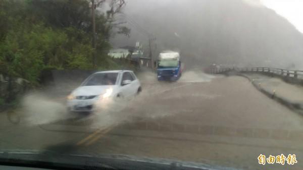 駕駛人冒險開車過水。(記者吳政峰攝)