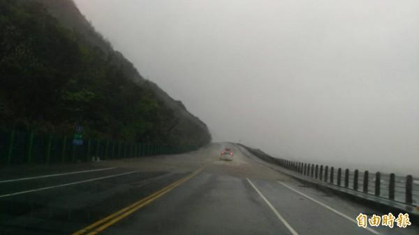 超大豪雨落在北部,連濱海公路都淹水。(記者吳政峰攝)