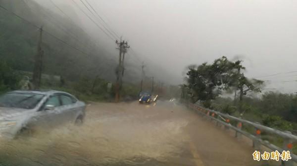 駕駛人冒險過水。(記者吳政峰攝)