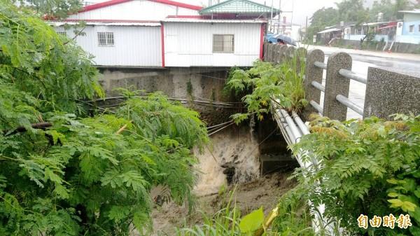 進入知本溫泉的千歲橋,橋下被掏空,民宅部分空懸。(記者黃明堂攝)