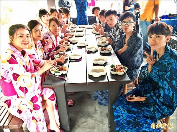 30多位遊客穿著日式浴衣、木屐在大樹下野餐、泡湯,享受六龜鳥語花香的山城美景。(記者蘇福男攝)