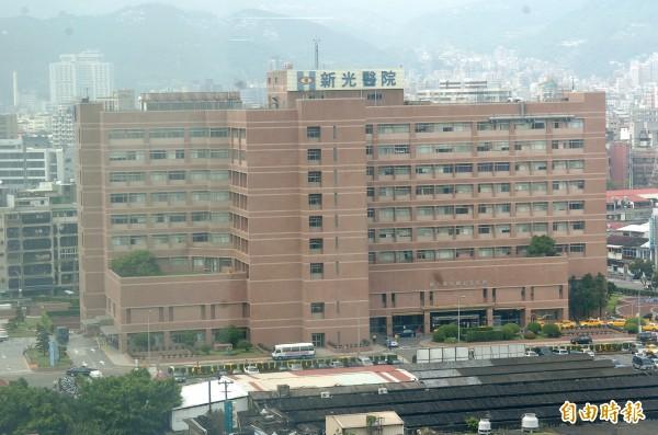 台北市警方今天凌晨接獲新光醫院報案,指稱有一名酒客酒後弄傷腳踝,不耐久候,還不聽護理師解釋,向醫護人員辱罵並丟擲紙杯及飲料瓶等物。(資料照)