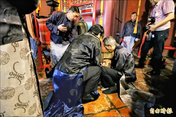 一名年長的禮生突然在大成殿暈倒,擔任正獻官的台南市長賴清德即時出手救人。(記者蔡文居攝)