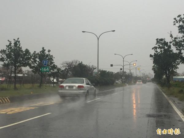 台東大雨持續。(記者張存薇攝)