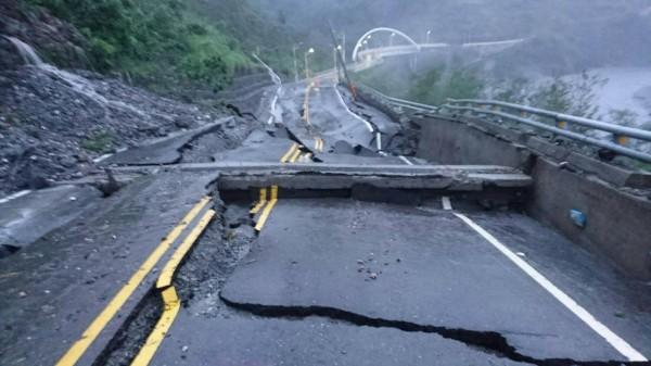 通往紅葉村的主要道路嚴重坍塌,道路中斷。(記者王秀亭翻攝)