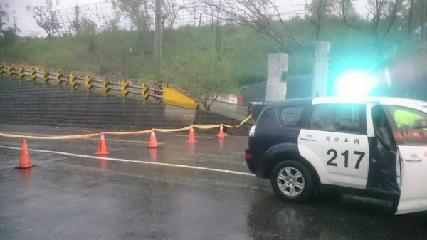 關山警分局已在桃源中國前先設起封鎖線,避免民眾進入。(記者王秀亭翻攝)