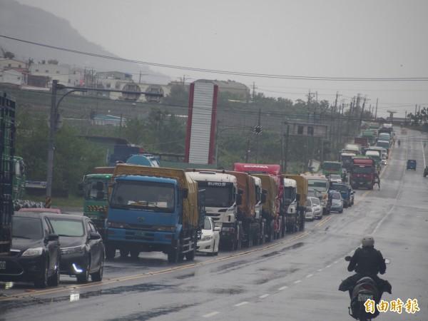為了趕回家,南迴公路香蘭段封路點車龍長達一公里。(記者王秀亭攝)