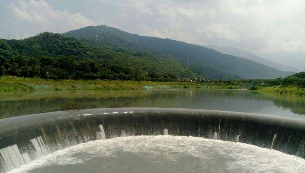 外國學者、外交使節都高度關注大潮州人工湖的補注效益,紛紛指定前來取經。(屏東縣政府水利處提供)