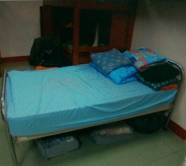 男童在育幼院睡的床。(記者許展溢翻攝)