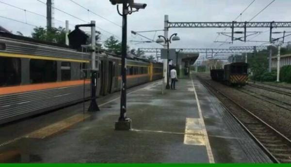 南迴鐵路新吉隧道往南又發生鐵路下陷,列車暫停知本站。(記者王秀亭翻攝)