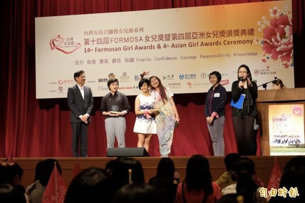 小燈泡父親劉爸爸(左一),今天出席勵馨基金會Formosa女兒獎會場,擔任頒獎人。(記者陳炳宏攝)