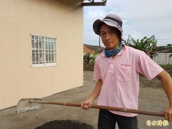 龜田祥巖跟著台灣心義工團,一起蓋房行善。(記者陳冠備攝)
