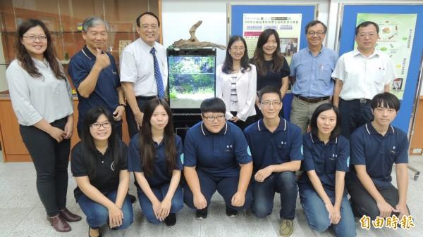 屏科大師生團隊養蚯蚓製肥料,提高水晶蝦育成率。(記者羅欣貞攝)