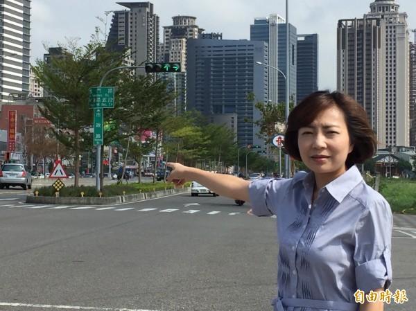 中市議員陳淑華表示,有市民反映中市道路的交通號誌不連貫,交通局應改善。(記者蘇金鳳攝)
