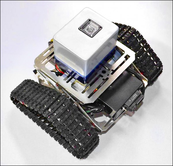 日本研究團隊發表最新開發的嗅覺機器人,它擁有如同蚊子靈敏嗅覺的感應器,可根據人體的汗味做出反應。(取自網路)