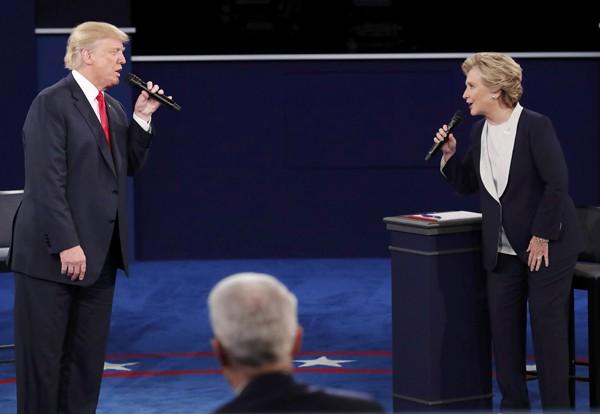 美國總統候選人第二場電視辯論會,候選人雙方唇舌交戰、互相攻訐。(路透)
