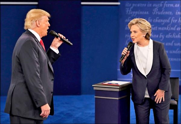 美國總統候選人九日舉行第二場辯論會,川普和希拉蕊延續首場辯論的態勢,持續嚴詞抨擊對方的行事和觀點,使整場辯論會砲聲隆隆,被形容為「史上最難堪」的辯論會。(美聯社)