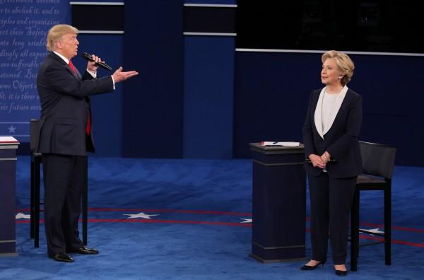 美國總統大選電視辯論第二場於昨日結束,有媒體將兩人辯論的過程剪接配上西洋情歌「The Time Of My Life」。(法新社)