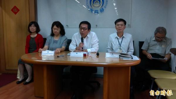 移民署副署長楊家駿(中)強調,內政部已修正相關居留辦法,外國人子女成年後,可提出申請繼續在台居留。(記者陳鈺馥攝)