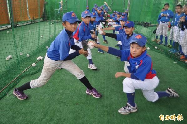 首屆「桃園盃」棒球錦標賽即將登場,桃園小將摩拳擦掌加緊練球。(記者李容萍攝)