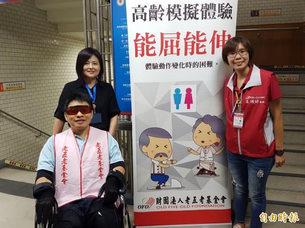 陽大醫院辦理高齡模擬體驗,感同身受長輩行動(記者簡惠茹攝)