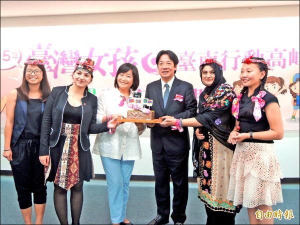 昨天「台灣女孩日」,亞洲女孩人權大使造訪南市,致贈市長賴清德紀念品。(記者洪瑞琴攝)