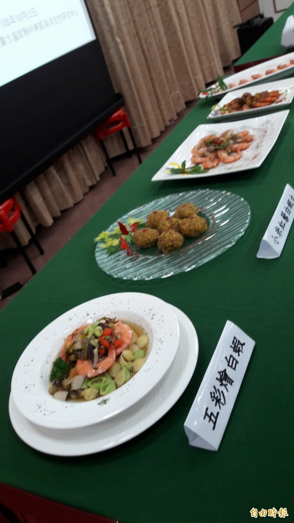水試所與台東專科學校合作,開法5款白蝦料理,其中兩款將選做成冷凍料理包。(記者黃明堂攝)