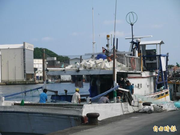 圖為漁工在漁船上工作,示意圖。(資料照)