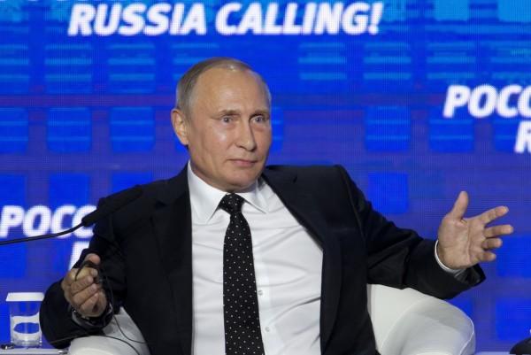 俄羅斯總統普廷12日在莫斯科出席一場商業論壇時,否認俄國發動駭客攻擊企圖干擾美國大選。(美聯社)