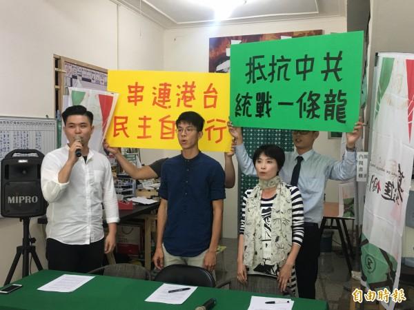 港獨青年組織「本土民主前線」發言人黃台仰(前排中)受基進黨邀請訪台(記者王榮祥攝)
