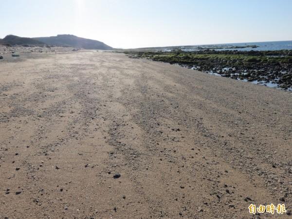 連接後寮納骨塔後方沙灘,也在規畫園區範圍內。(記者劉禹慶攝)