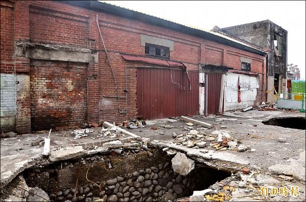 火車站的舊倉庫和日治時期的石砌大排,文史工作者希望能保存。(記者葉永騫攝)