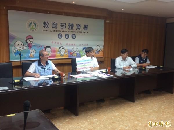 體育署召開「全國性體育團體輔導及考核辦法」記者會,何卓飛(左一)、教育部次長蔡清華(左二)親自出席說明。(記者廖聿偉攝)
