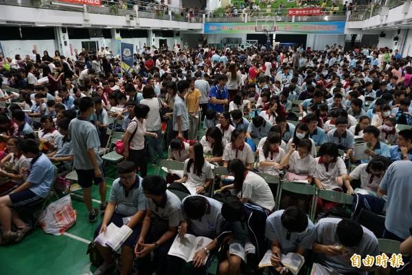 北市府教育局為了保障台北市國中畢業生升學權益,並鼓勵就近入學,去年首次推出高中優先免試入學,今年入學再增額4600名。(資料照,記者蔡淑媛攝)
